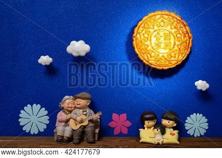 A Big Moon Cake Simulating The Moon In The Night Sky With Family On The Ground-translation Of The Ch