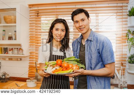 Happy Couple In The Kitchen : Young Asian Couples In The Kitchen Prepare Healthy Vegetables And Prep