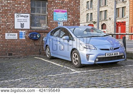 Bristol, Uk - January 10, 2015: A Toyota Prius Recharges In A Car Park In The City Centre.