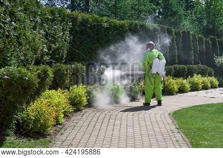 Pest Control Worker Fogging Insecticide Smoke Outdoor Garden Eliminate Mosquitoes, Pest, Mite, Acaru
