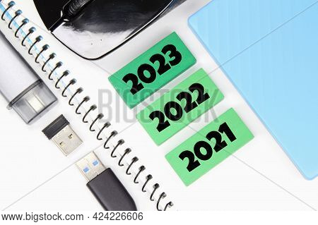Mause, Usb, Colored Cubes And Numbers 2021, 2022, 2023. Panning Concepts
