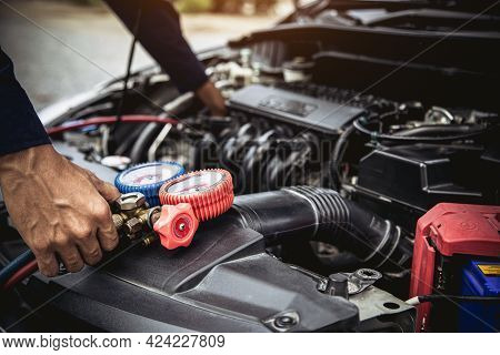 Technician Auto Mechanic Use Measuring Manifold Gauge For Filling Car Air Conditioner For Fix And Ch