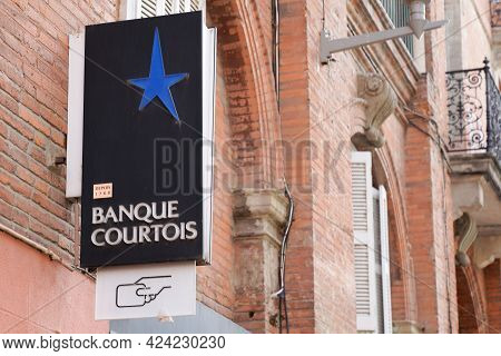 Toulouse , Occitanie France - 06 16 2021 : Banque Courtois Sign Brand And Text Logo Front Of Office