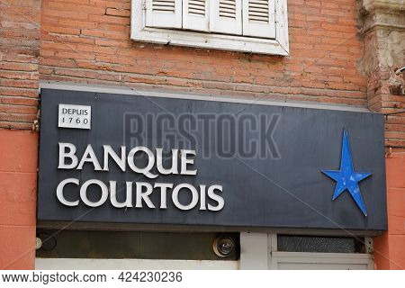Toulouse , Occitanie France - 06 16 2021 : Banque Courtois Star Sign And Text Logo Sign Front Of Off