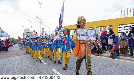Labuan,malaysia-sept 16,2018:malaysian Multi Ethnic People Wearing Colorful Clothes Joint Annual Eve