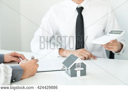 Real Estate Agents Offer Sale Home Insurance And Close The Sale Immediately After The Customer Signs