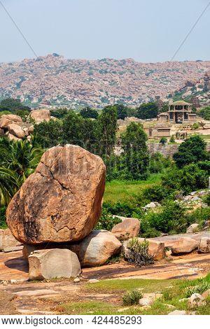 Giant boulder and ancient ruins in Hampi. Way to Vittala Temple. Sule Bazaar, Hampi, Karnataka, India