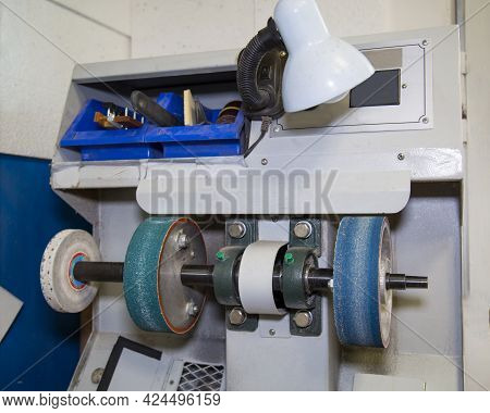 Electric Finishing Machine For Processing Shoe Parts. Technologies Public Service Business