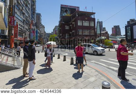 Taipei, Taiwan - Aug 7, 2018 : People Walking Around Ximen Shopping District And Mrt Station Exit In