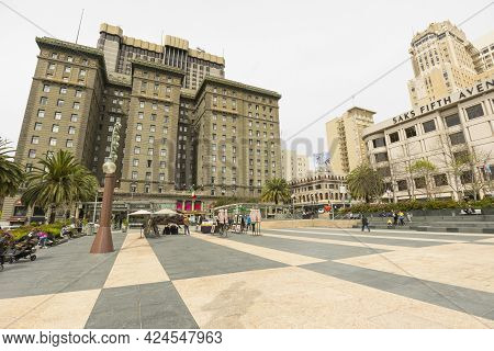 San Francisco, Usa - April 19,2018 : Street View Of Union Square With Tourists In San Francisco,usa