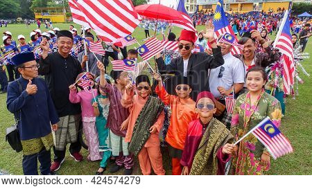Labuan,malaysia-sept 16,2018:malaysian Multi Ethnic People Wearing Colorful Clothes Joint Annual Mal