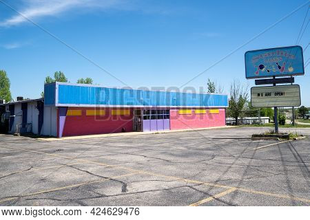 Lebanon, Missouri - May 5, 2021: The Abandoned Starlite Lanes Bowling Alley, Along Route 66