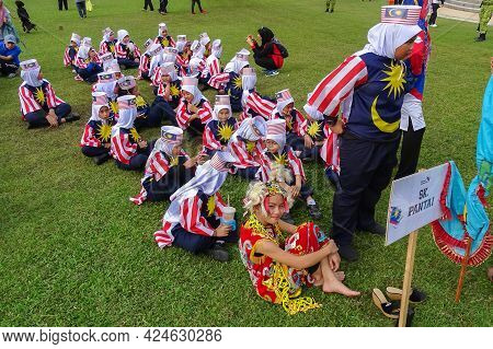 Labuan,malaysia-sept 16,2018:malaysian Kids Wearing Costumes Made From The Malaysian Flag During Mal