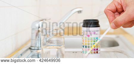 Checking the quality of tap water with a water test kit