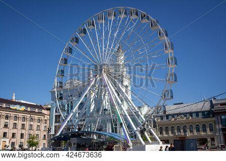 Kiev, Ukraine - May 10, 2021. Ferris Wheel On Kontraktova Square In Kyiv, Ukraine. Ferris Wheel With