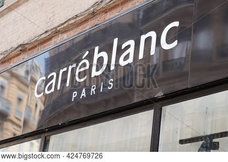 Toulouse , Occitanie France - 06 20 2021 : Carre Blanc Paris Logo Text And Sign Brand Of Store House
