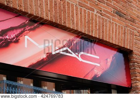 Toulouse , Occitanie France - 06 20 2021 : Mac Boutique Sign Text And Brand Logo Front Of Beauty Sho