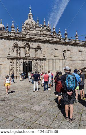 Santiago De Compostela, Spain; June 25, 2021: Tourists And Pilgrims Waiting In Line To Enter The Hol