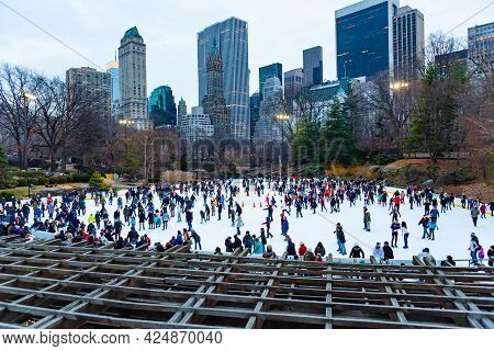Manhattan, Ny, Usa - January 1, 2014 : Ice Skating At Wollman Rink In Central Park On A Freezing New