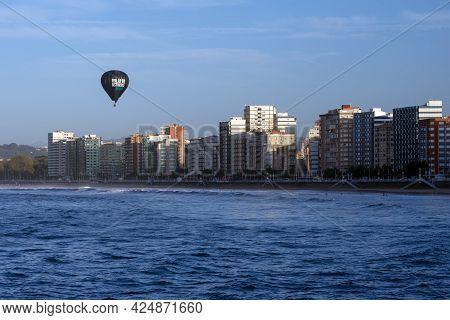Gijon, Spain - September 28, 2019: View Of San Lorenzo Beach In Gijon With An Hot Air Balloon, Astur