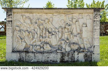 Alba Iulia, Alba, Romania -  May 11, 2021:  Roman And Dacian War Fight Scene On A Relief In Carolina