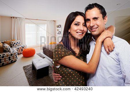 Junge glückliche Paar im Schlafzimmer