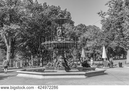 Boston, Usa - September 12, 2017: People At The Park Enjoy Boston Commons Brewer Fountain, Boston, M