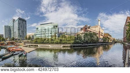 Boston, Usa - September 13, 2017: Industry Complexes And Power Plant Alomg The River In Boston, Usa.