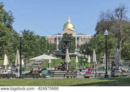 Boston, Usa - September 12, 2017: People Enjoy Relaxing At Common Park With View To The State Capito