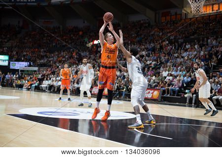 VALENCIA, SPAIN - JUNE 9th: Hamilton with ball and Thompkins during 4th playoff match between Valencia Basket and Real Madrid at Fonteta Stadium on June 9, 2016 in Valencia, Spain