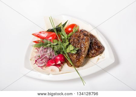 Grilled liver meat served with fresh vegetables