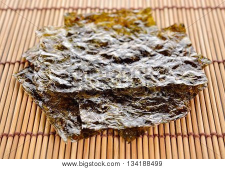 roasted seaweed with salted seasoning on wooden mat