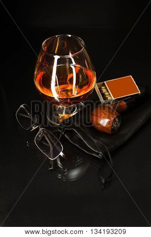 Whiskey glass and smoking pipe. Cognac glass. Brandy glassful. Cognac france. Smoking pipe and scotch drink.