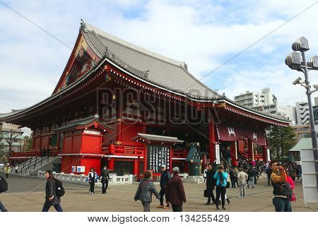 Asakusa-Japan-Feb 19 2016 :Thai tourist came to Sensoji Temple ,Japan on 19 Feb 2016 for make merit and respect buddha image in the Sensoji Temple ,Asakusa-Japan .  / The sensoji temple in japan is top ten of travel location of Thai tourist.