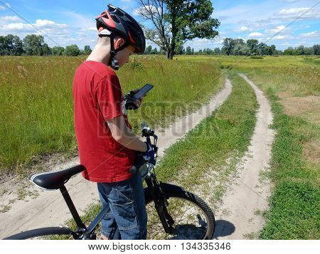 Cyclist navigates by smartphone
