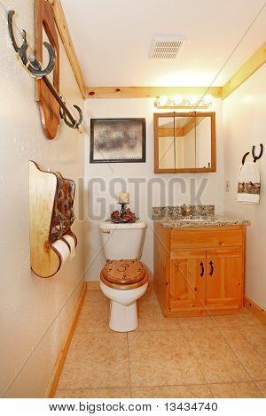 Cowboy-Badezimmer mit Toilette und Schrank