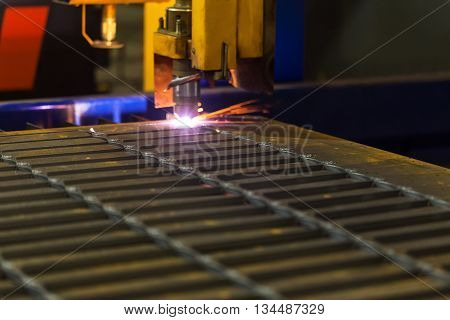 Cutting metal. Modern technologies of production of Universal equipment for the manufacture of parts cutting of sheet steel with laser plasma or gas.