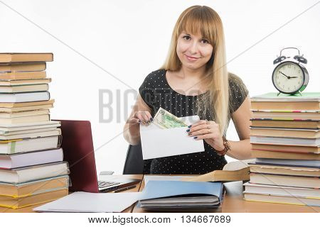 The Girl Puts Money In An Envelope To Bribe The Teacher In The Exam, And Looked Into The Frame