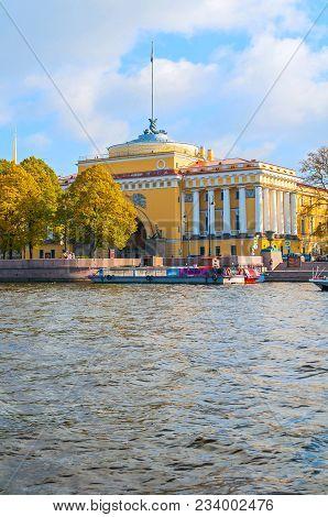 Saint Petersburg,russia-october 3, 2016. Admiralty Arch On The Quay Of Neva River In Saint Petersbur