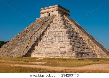 Travel Mexico Background - Anicent Maya Mayan Pyramid El Castillo Kukulkan In Chichen-itza, Mexico