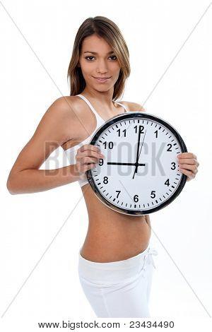 Mulher em cueca branca com um relógio mostrando 09