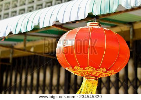 Red Round Chinese Traditional Paper Lantern Lamp Shades Hang On The Eaves At A Sacrifice To Gods (am