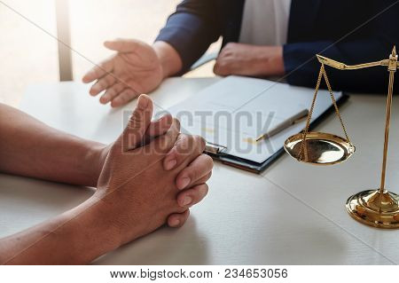 The Lawyer Explained To The Client To Plan The Case In Court.