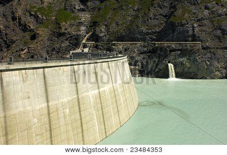 Dam of an impounding reservoir