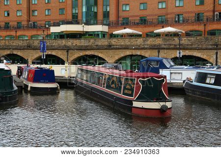 Sheffield, Uk - July 10, 2016: Narrowboats At Victoria Quays In Sheffield, Yorkshire, Uk. There Are