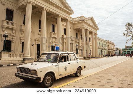 Santa Clara, Cuba - Decembere 10, 2017: Cuban Police Car In The Square In Santa Clara On A Sunday In