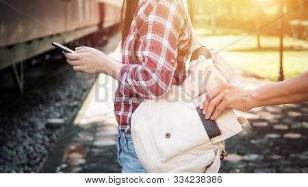 The Tourist Who Were Playing Mobile Phones, She Is Being Tickled By A Thief To Steal Her Wallet At T