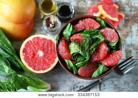 Fresh Juicy Salad With Spinach And Grapefruit. Bright Vegan Salad. Grapefruit Salad. Refreshing Deto