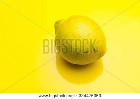 Lemon, citric acid flavor, yellow skin, pleasant aroma and intense flavor. The skin is used in pastry to flavor and infuse. The lemon juice is very refreshing in summer. Ice cream and jams are made. poster