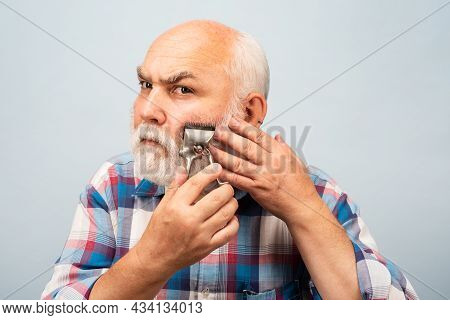 Old Gray Man Cut Bear With Hair Clipper. Portrait Of Barber Hold Old Razor Hair Clipper, Vintage Bar